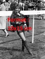 Reproduction D'une Photographie Ancienne D'une Jeune Femme En Short Court, Bottes En Daim Sur Un Champs De Course 1971 - Reproductions