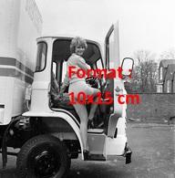 Reproduction D'une Photographie Ancienne D'une Jeune Femme En Short Court Montant Dans Un Camion En 1975 - Reproductions
