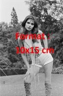 Reproduction D'une Photographie Ancienne D'une Jeune Femme Avec Un Haut à Lanières, Short Court Et Bottes En Daim 1971 - Reproductions