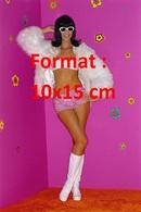 Reproduction D'une Photographie Ancienne D'une Jeune Femme En Short Court Rose, Fourrure Et Bottes Blanches - Reproductions