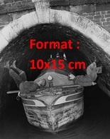 Reproduction D'une Photographie Ancienne D'hommes Aidant Avec Leurs Pieds Le Passage De Leur Péniche Dans Un Tunnel - Reproductions