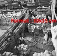 Reproduction D'une Photographie Ancienne De Bateliers Déchargeant Une Péniche De Sa Cargaison De Sacs En 1950 - Reproductions