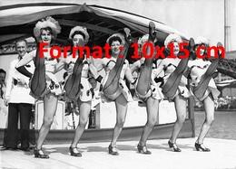 Reproduction Photographie Ancienne De Danseuses Sur Une Péniche Pour La Fête Du Fleuve Au Bassin De La Villette En 1955 - Reproductions