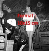 Reproduction D'une Photographie Ancienne D'une Danseuse Nue Et Clown Pierrot D'un Cabaret à Paris En 1950 - Reproductions