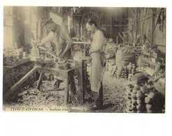 Types D'Auvergne Interieur D'une Fabrique De Sabots, Carte D'autrefois , Reproduction - Sonstige