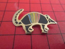 1218c Pin's Pins / Beau Et Rare / THEME : ANIMAUX / L'ANIMAL FAVORI DE TATI LE TATOU A RAYURES ARC EN CIEL Mon Mardi - Tiere