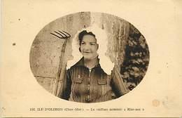"""-dpts Div. -ref-AH581 - Charente Maritime - Ile D Oleron - La Coiffure """" Kiss Not """" - Coiffe - Coiffes - Folklore - - Ile D'Oléron"""