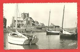 CPSM Barfleur (50) L'Eglise Vue Du Port Barques  Et Canots En Gros Plan - Barfleur
