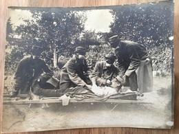 Belle Photo De Poilus Du 63°RI Soignant Un Blessé équipes De Tampons Anti Gaz 11x 8,5 Cm - 1914-18