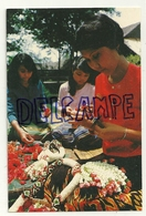 Thaïlande. Femmes Qui Préparent Des Guirlandes De Fleurs Avec Des Pétales De Roses Et Du Jasmin - Thaïlande