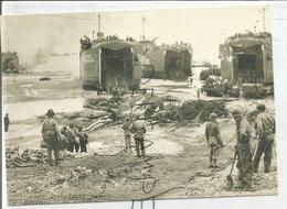 Débarquement En Normandie. Les L.S.T. Débarquant Leur Cargaison. - Guerre 1939-45