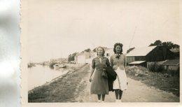 PHoto De 2 Jolies Jeunes Femmes En Promenade Sur Un Chemin De Halage à Noirmoutier Le 11 Août 1939 Péniche - Places