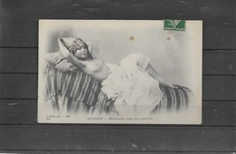 Algerie Mauresque Aux Seins Nus Dans Son Interieur - Beauté Féminine D'autrefois (1941-1960)