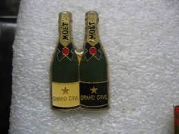 Pin's 2 Bouteilles De Champagne Grand Cru De La Marque Mouet - Boissons