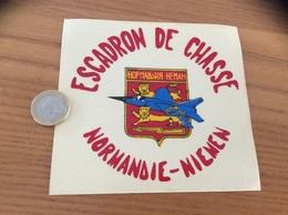 Ancien AUTOCOLLANT, Sticker «ESCADRON DE CHASSE NORMANDIE-NIEMEN» (militaire, Armée De L'air, Blason, Avion) - Autocollants