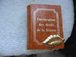 """Pin's D'un Livre De 68 Pages """"Déclaration Des Droits De La Femme"""" Avec Fermeture - Pin's"""