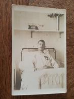 Carte Photo - Soldat Décoré De 2 Médailles Militaire Dont Croix De Guerre Dans Un Hopital Militaire, Bateau En Bouteille - War 1914-18