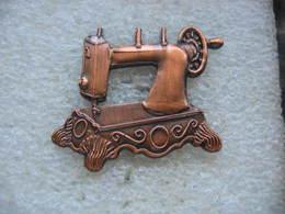 Pin's En Cuivre D'une Vieille Machine à Coudre Du Musée WASSMER à FRIEBOURG En Suisse - Associations