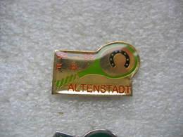 Pin's Des 10 Ans Du Tennis Club De La Commune D'Altenstadt Dans Le Bas Rhin. 82-92 - Associations