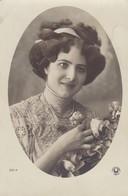 CARTE FANTAISIE . PORTRAIT DE JEUNE FEMME . ANNEE 1910 - Femmes
