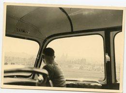 Jeune Homme Man Regarde Par La Fenêtre Looking At Outdoor Bus Autocar Paysage Landscape - Personnes Anonymes