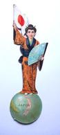 CHROMO DECOUPI GRAND FORMAT....H  19 Cm.....PERSONNAGE DU JAPON AVEC LE DRAPEAU SUR UN GLOBE TERRESTRE - Découpis
