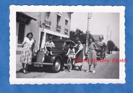 Photo Ancienne Snapshot - Portrait De Famille Autour D'une Belle Automobile Modèle à Identifier - Calandre Enfant Garçon - Automobiles
