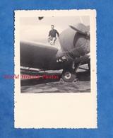 Photo Ancienne Snapshot - Portrait D'un Militaire ? Sur Un Avion à Identifier - Voir Hélice - Aviation Airdrome Plane - Aviation