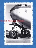 Photo Ancienne - Militaire ? Devant Un Avion à Identifier - Insigne / Armes D'une Ville - Aviation Base Aérienne Plane - Aviation