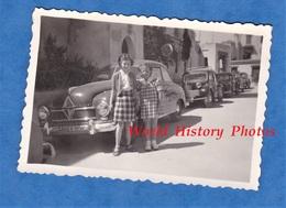 Photo Ancienne Snapshot - Ville à Situer - Portrait De Jeune Fille Devant De Belle Auto - Automobile Modèle à Identifier - Automobiles