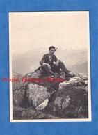 Photo Ancienne Snapshot - Soldat Sur Une Montagne - 1943 - Allemand ? Suisse ? Autrichien ?  Fusil Arme Gun Uniforme WW2 - Guerre, Militaire