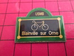 SP17 Pins Pin's  / Rare Et De Belle Qualité / THEME SPORTS / CYCLISME VELO PLAQUE DE RUE BLAINVILLE SUR ORNE - Cyclisme
