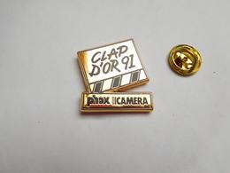 Superbe Pin's En Zamac , Photo Phox Vidéo Caméra , Clap D'Or 91 , Cinéma - Fotografie