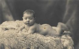 CPA Carte Photo Un Bébé Rondouillard Tout Nu Sur Une Fourrure Sous L'objectif Du Photographe KRAMAYER à ROMBAS - Cartes Postales