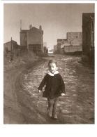 """DOISNEAU  """"""""  L'ENFANT PAPILLON SAINT DENIS 1944 """""""" Beau Plan Enfant Banlieue - Doisneau"""
