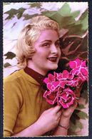 FEMME - 2 CP - Jeune Femme Avec Bouquet De Rose, 2 Positions - Non Circulé - Not Circulated - Nicht Gelaufen. - Femmes