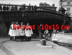 Reproduction Photographie Ancienne D'un Office Religieux Pour Les Habitants Des Péniches à Regents Canal à Londres 1929 - Reproductions