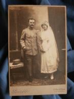 Photo Format Cabinet  Perriard à Colombes  Couple De Jeunes Mariés  Homme En Uniforme Guerre 1914 - L436 - Personnes Anonymes