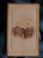 Photo CDV Anonyme -couple, Femme à La Coiffe Régionale, Vers 1885 L440 - Anciennes (Av. 1900)