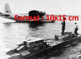 Reproduction D'une Photographie Ancienne D'un Hydravion Britannique Déchargé De Denrées Et Chargé En Péniche En 1948 - Repro's