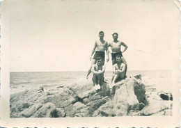 Snapshot MEN HOMMES Young S Nude Nu In Swimsuit By Beach Photo 8x6 1940' Gay Int - Personas Anónimos
