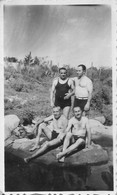 Snapshot MEN HOMMES S Nude Nu In Swimsuit Affectionate Hug By River Photo 11x6 1940' Gay Int - Personas Anónimos