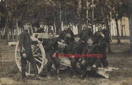 Guerre 1914-officier 45e R Et Soldats Sur Un Canon-nom Au Dos - Guerre, Militaire