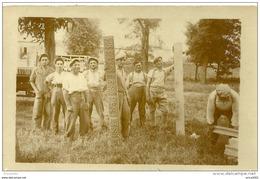 A Identifier.cpa Photo Sartrouville, Un Groupe D'ouvriers Montrant Des Matèriaux Employés Pour Un Chantier. - Cartes Postales