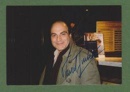 DAVID SUCHET Original In Person Signed Glossy Photo AUTOGRAPHE / AUTOGRAMM  10/15 Cm - Autographes