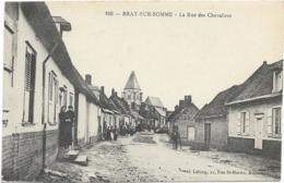 D80 - BRAY SUR SOMME - LA RUE DES CHEVALIERS - Nombreuses Personnes - 2 Cavaliers - Bray Sur Somme