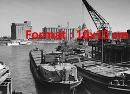Reproduction D'une Photographie Ancienne De Péniches Sur Des Docks Attendant Le Chargement En 1945 - Reproductions