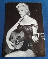 Marilyn Monroe - Sexy Portrait Mit Gitarre - Alte Starpostkarte (spk29) - Actors