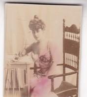 WOMAN WRITING. COLORISE. CARD TARJETA COLECCIONABLE TABACO. CIRCA 1915 SIZE 4.5x5.5cm - BLEUP - Personen