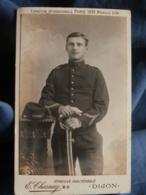 Photo CDV E. Chesnay à Dijon - Militaire Posant Avec Son Sabre, 1e RA, Vers 1900 L439 - War, Military